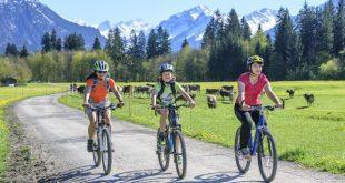 Mutter mit Kindern auf einer Radtour in den Bergen - Radtour in Bayern